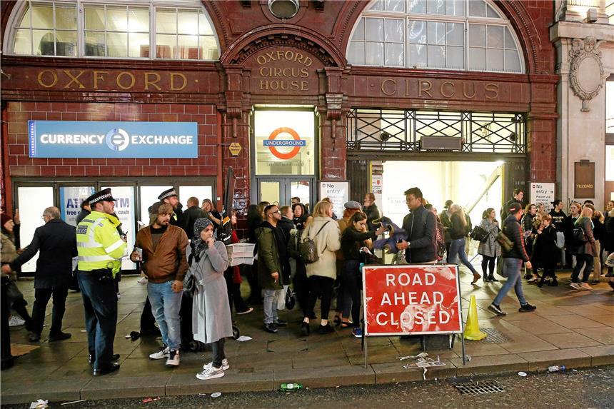 Terrorgefahr in London: Polizei evakuiert U-Bahn-Station - Augenzeugen berichten von Schüssen