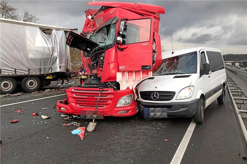 Laster-Unfall auf der A1 mit zwei Schwerverletzten - Bahn wieder frei