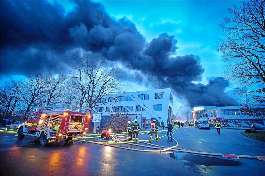 Lagerhalle für Kunststoff steht in Flammen