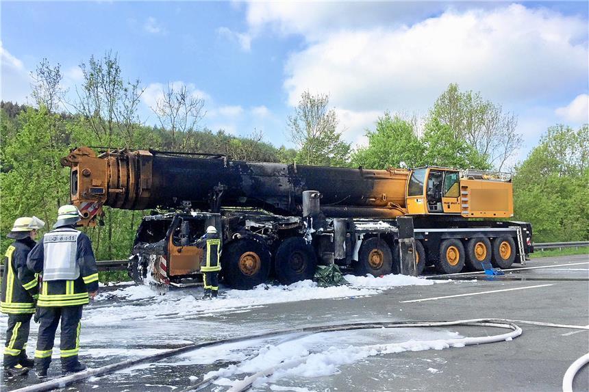 Autokran in Flammen: A45 voll gesperrt
