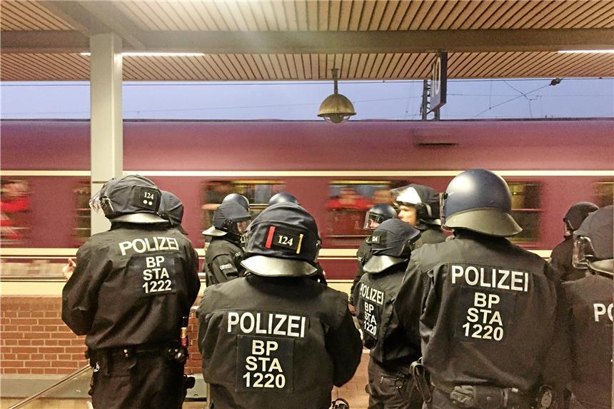 Polizei setzt 230 BVB-Fans fest