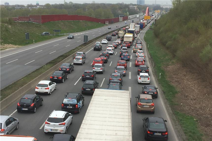 Unfall auf B1 in Dortmund: Pkw und Lkw kollidieren