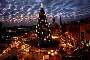 hier entsteht dortmunds weihnachtsbaum in zwei minuten. Black Bedroom Furniture Sets. Home Design Ideas