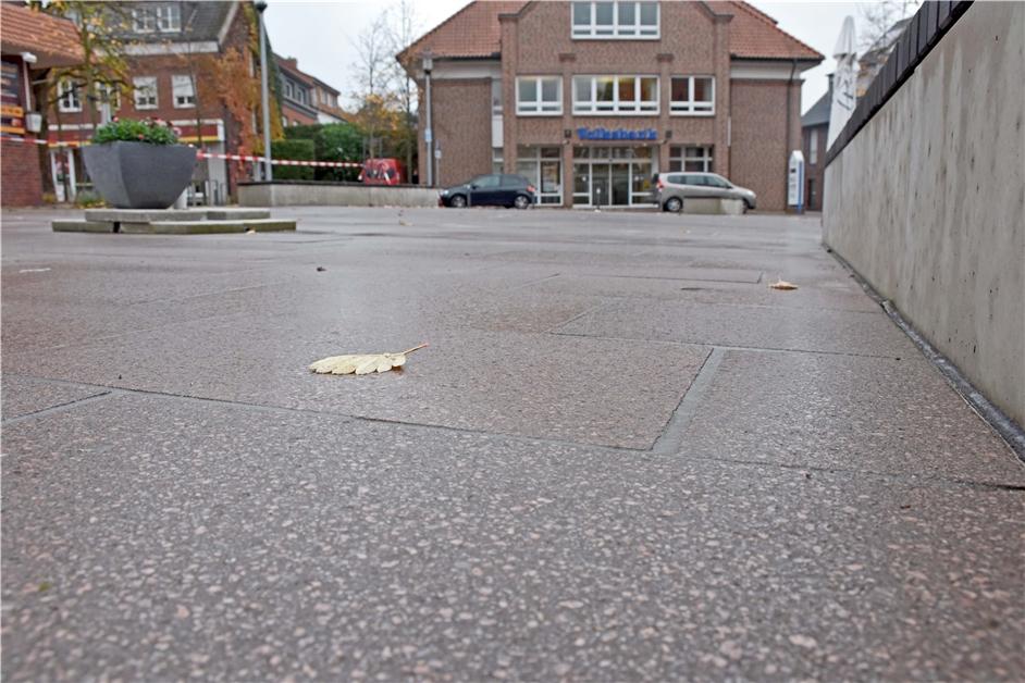 Schäden am Ludwig-Becker-Platz: Fachbetrieb muss 20 beschädigte Betonplatten austauschen - Ruhr Nachrichten