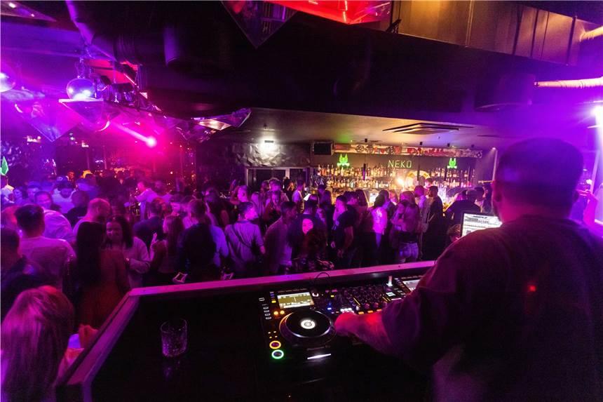 72 Menschen haben sich in Münster bei einer Club-Party mit dem Corona-Virus angesteckt. (Symbolbild)