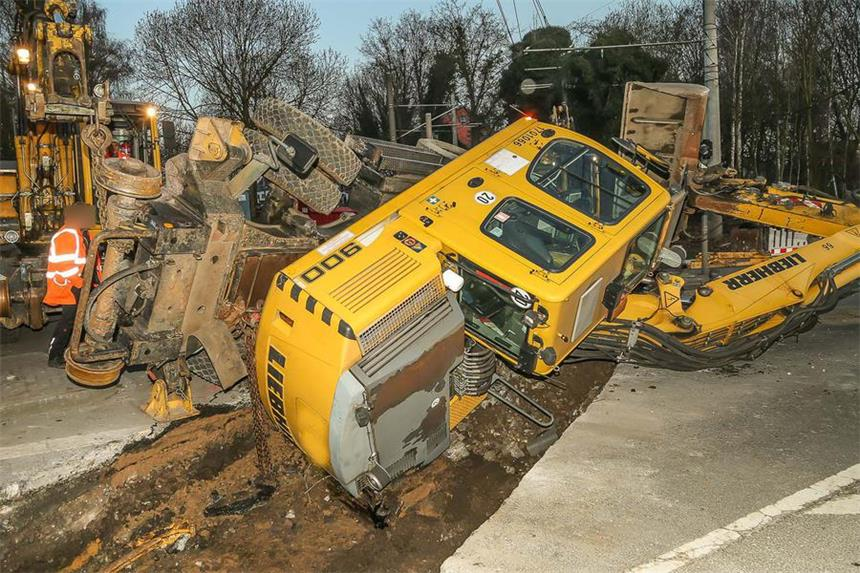 Bagger Stürzt Bei Rangierarbeiten In Baugrube