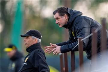 Trainerdiskussion? Sportdirektor Zorc stellt sich vor BVB-Coach Favre