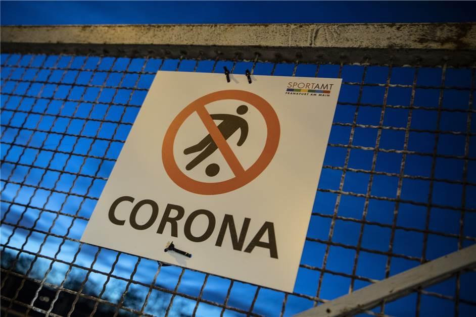 Wegen steigender Corona-Zahlen: Bereits drei Fußballverbände haben die  Saison unterbrochen