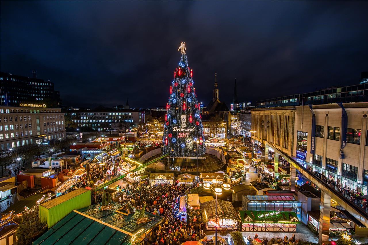 Glühweinpreise Weihnachtsmarkt.Dortmunds Tanne Hat Die Lampen An Weihnachtsmarkt Offiziell Eröffnet