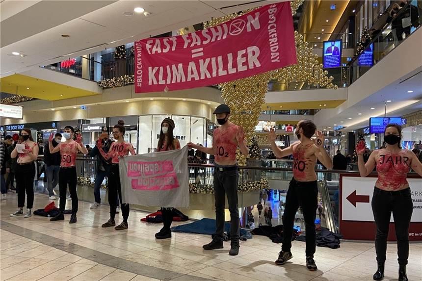 Halbnackte Aktivisten Sorgen Fur Tumult In Der Thier Galerie