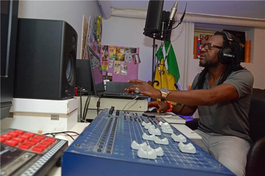 Es beginnt im Schlaf: So produziert Reggae-Musiker Toni Tuklan seine Songs