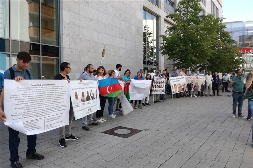 Das Fordern Die Demonstranten Aus Aserbaidschan Vor Der Thier Galerie
