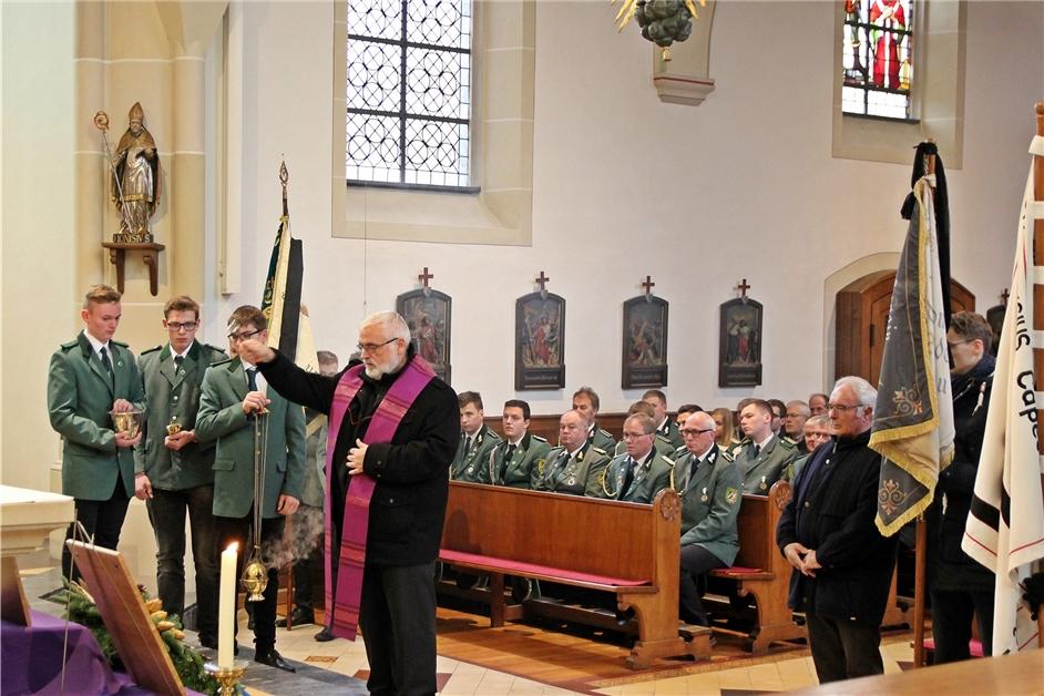 Zum Volkstrauertag weihen Capeller neue Gedenktafeln in der St.-Dionysius-Kirche ein - Ruhr Nachrichten