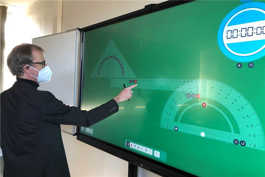 Digital im Unterricht. Jochen Wilsmann, Leiter des Stadtlohner Geschwister-Scholl-Gymnasiums, arbeitet an der neuen Touchscreentafel.