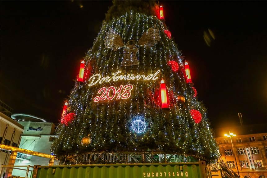 Kurzer Lichttest am großen Weihnachtsbaum erlaubt ersten Blick auf ...