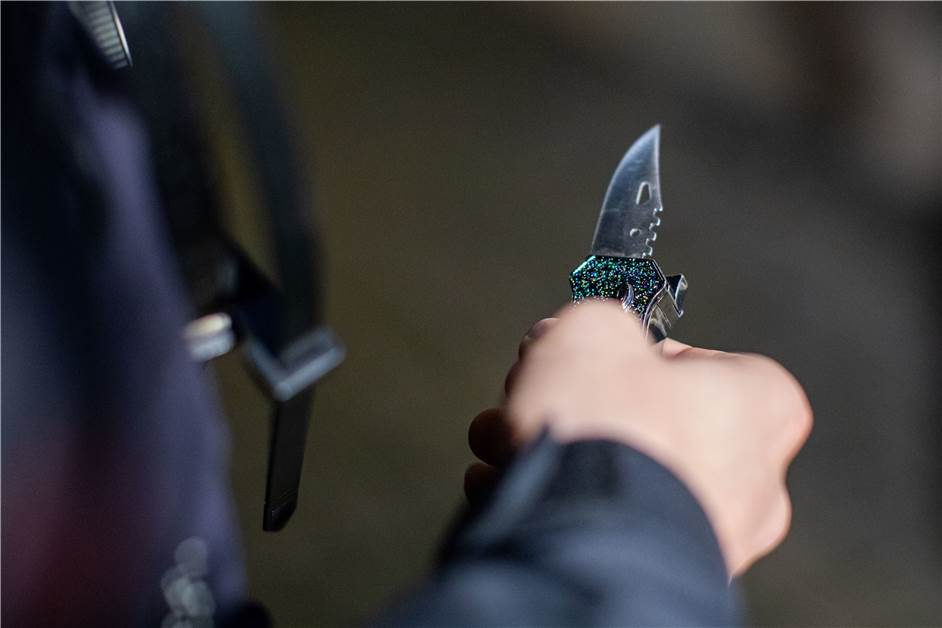 """Frau mit Messer in der Brust: """"Lasst mich nicht sterben"""