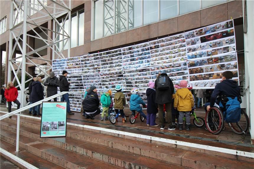 Eine ganze Wand aus Fotos von Falschparkern hatten die Radfahr-Aktivisten vor dem Rathaus-Eingang aufgespannt.
