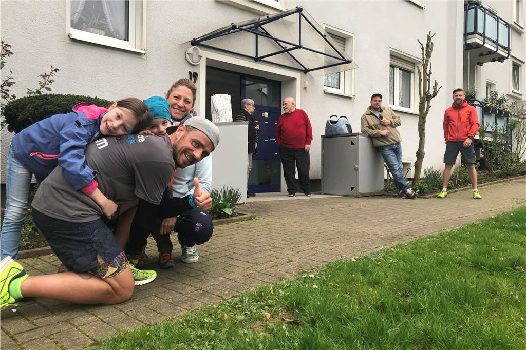 Enfin arrivé: Marcel Martens est embrassé par ses enfants Anni (6) et Toni (3) et son épouse Jana.