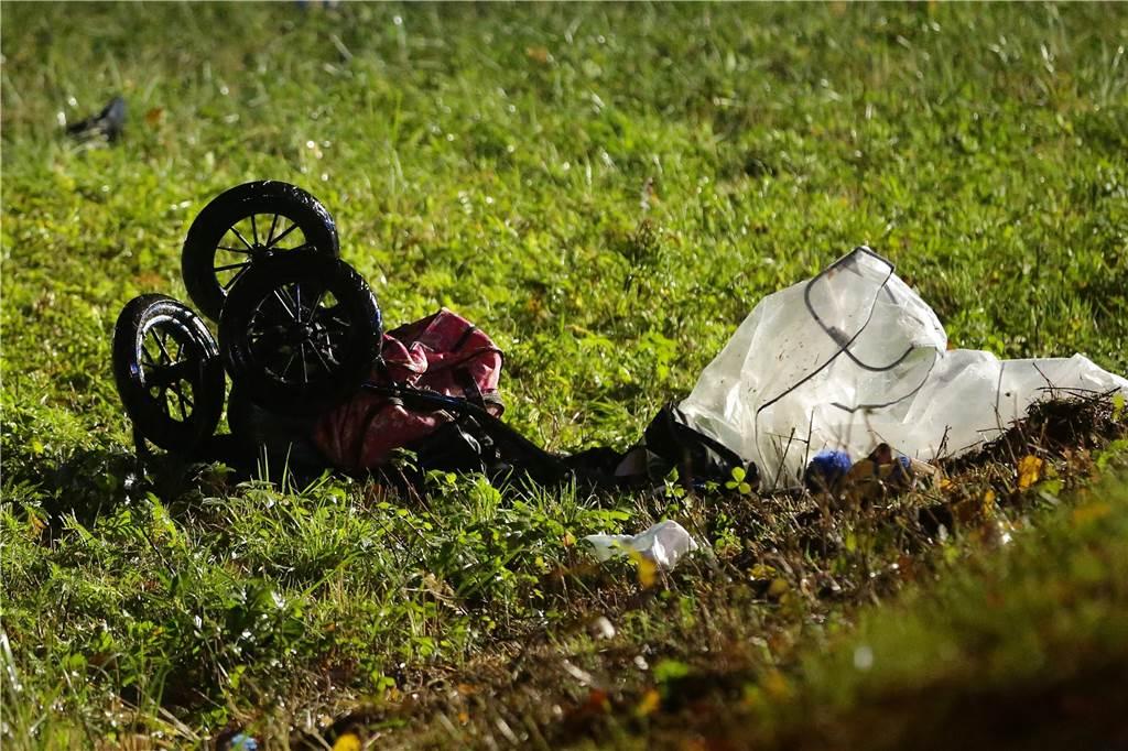 Es gebe einen Toten und mindestens drei Schwerverletzte teilte die Polizei am Donnerstagabend mit. Der Autofahrer sei aus bislang ungeklärter Ursache nach rechts von der Fahrbahn abgekommen