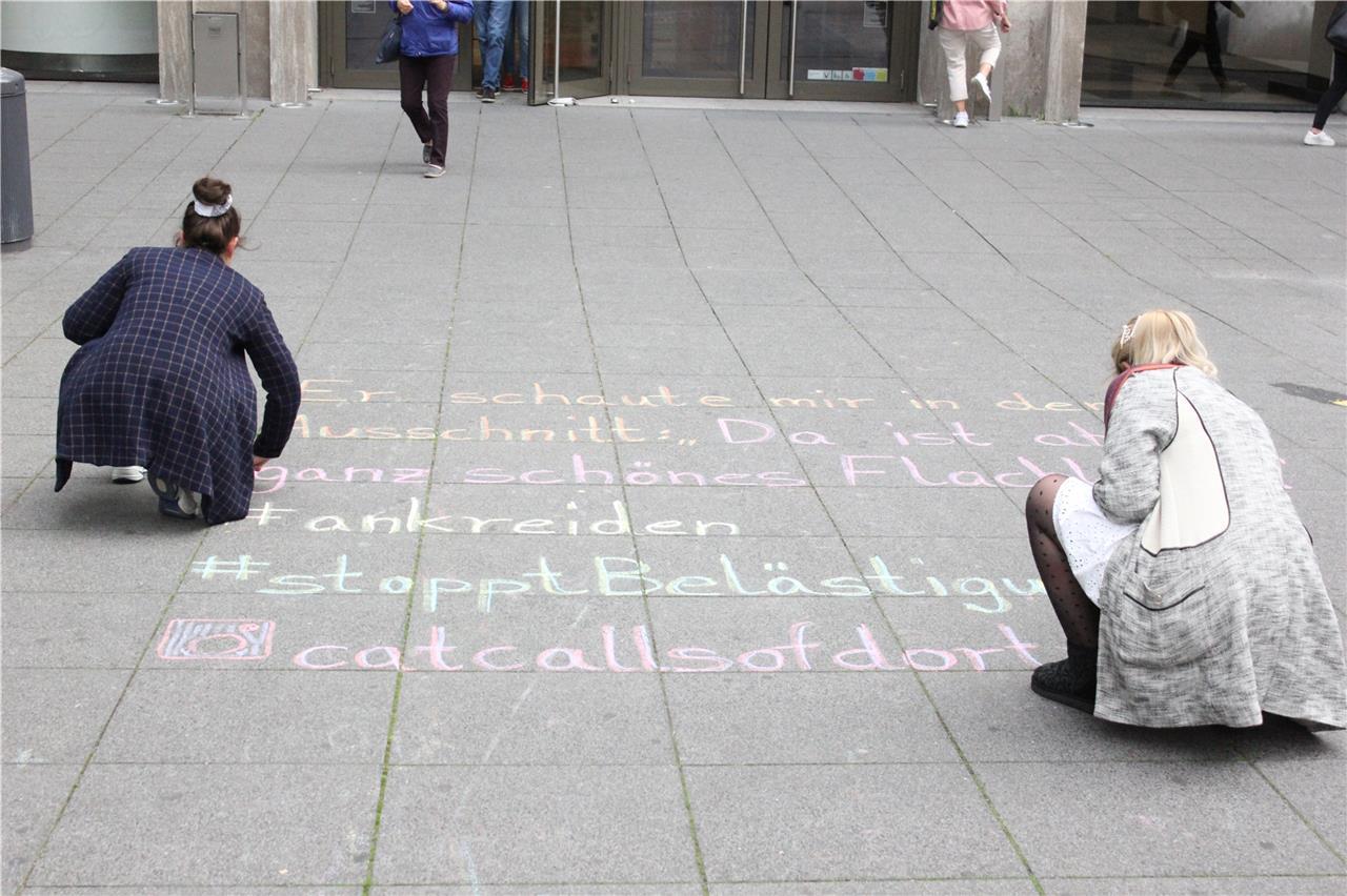 Zwei Dortmunderinnen machen aufmerksam auf sexistische