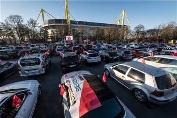 Dortmunds erster Autokino-Streik: 150 Metaller an den Westfalenhallen