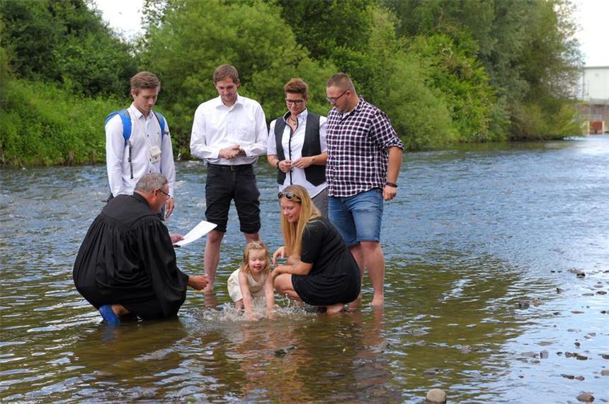 Schwerter Pastor Trägt Surf Schuhe Zur Taufe